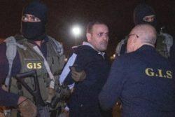 هشام عشماوي بينما تظهر علامات الرعب على وجهه أثناء مخاطبة ضابط المخابرات العامة له