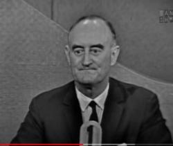 جريفل وين المزيف الأول (بعد انتهائه من الإجابة فقط يرفع عينيه صوب المتسابقين) يحدّق باضطراب